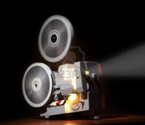 6991795-vieux-projecteur-montrant-le-film-au-crepuscule